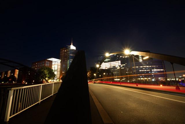 die-bruecke-am-baumwall-zur-speicherstadt-in-der-nacht