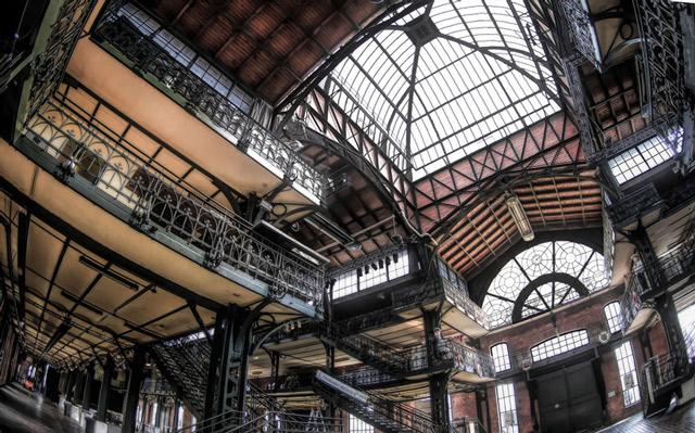 die-fischauktionshalle-von-innen-mit-weitwinkel-aufgenommen-viele-treppen-und-ein-grosses-dachfenster