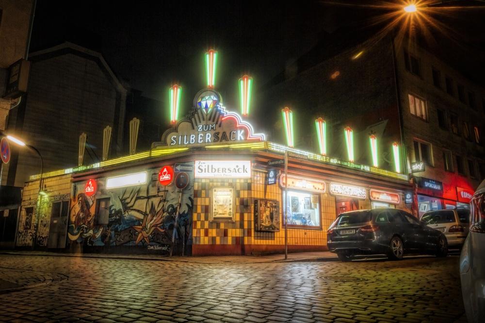 die-kneipe-silbersack-auf-dem-kiez-in-der-silbersackstrasse-nachts