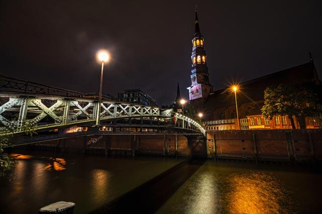 die-st-katharinenkirche-nachts-beleuchtet-in-der-speicherstadt