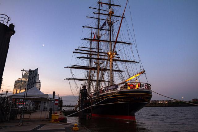 ein-dreimaster-segelschiff-an-den-ueberseebruecken