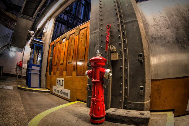 ein-hydrant-vor-den-fahrstuhltueren-im-alten-elbtunnel