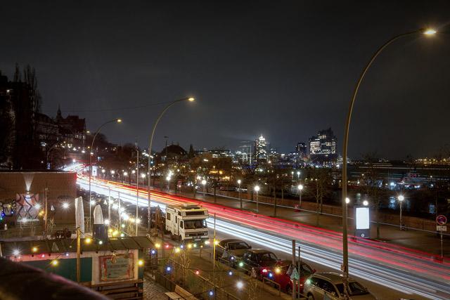 ein-nacht-panorama-ueber-die-hafenstrasse-und-hafen-mit-lichtschlieren-von-vorbei-fahrenden-autos