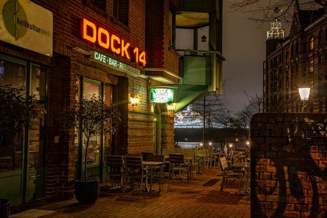 nachts-am-fischmarkt-vor-dem-restaurant-dock-14-im-hintergrund-blohm-und-voss