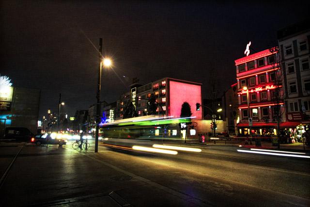 nachts-auf-der-reeperbahn-die-lichter-von-autos-und-ein-bus-ziehen-sich-durch-eine-langzeitbelichtung-durchs-bild