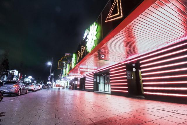 reeperbahn-rote-lichtreklame-nachtaufnahme-hotel-north-st-pauli-flaniermeile