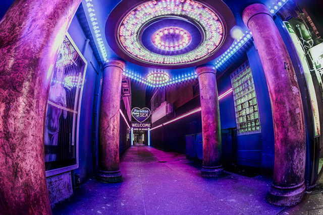 st-pauli-reeperbahn-paradise-point-of-sex-ultra-weitwinkel-aufnahme-nachtaufnahme-langzeitbelichtung-lila-saeulen