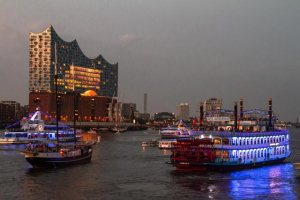 beleuchtete-schiffe-fahren-an-der-elbphilharmonie-vorbei