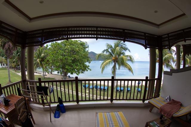 der-balkon-mit-blick-auf-den-strand-und-strandliegen