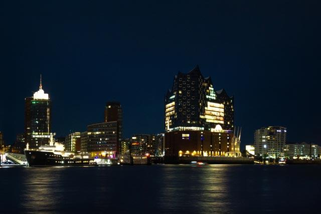 die-in-der-nacht-beleuchtete-hafen-skyline-mit-der-elbphilharmonie