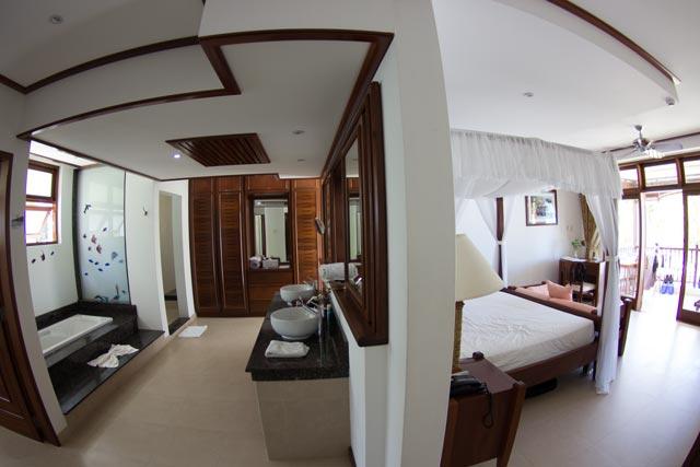 ein-blick-im-hotelzimmer-auf-das-bad-und-schlafzimmer