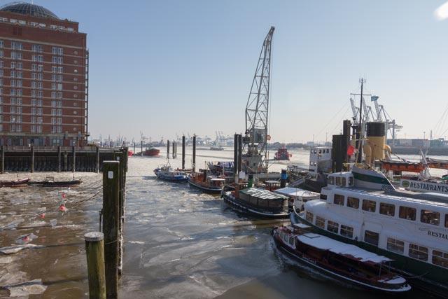 das-restaurantschiff-im-museumshafen-im-winter