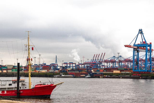 der-blick-vom-strand-auf-dem-containerhafen-und-feuerschiff-elbe-3