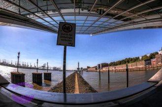 die-spiegelnde-glasfassade-vom-cruise-center-am-dockland