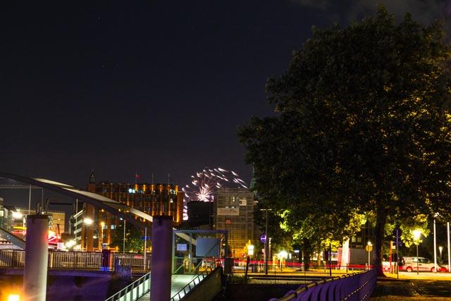 eine-nacht-skyline-am-baumwall-mit-feuerwerk-im-hintergrund