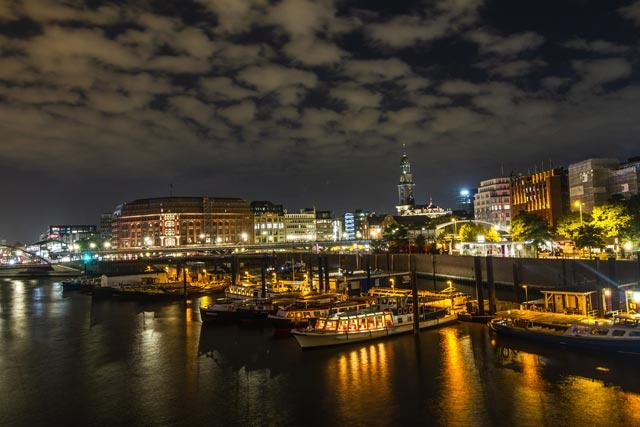 eine-nacht-skyline-und-dem-michel-und-beleuchtete-schiffe-im-binnenhafen