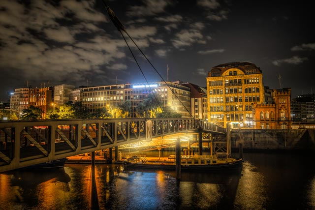 eine-nachtaufnahme-vom-binnenhafen-an-der-hamburger-speicherstadt