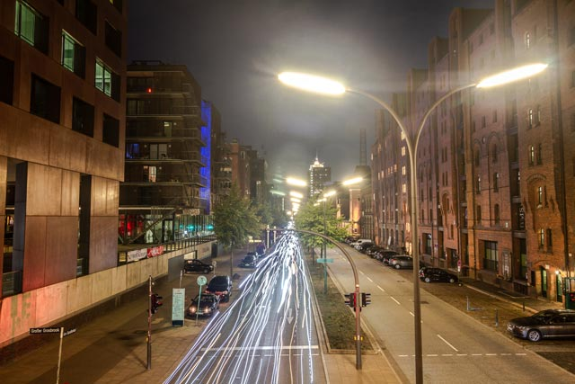 nachts-am-sandtorkai-auf-dem-hunderte-radfahrer-lichtspuren-hinterlassen-vom-kibbelsteg-aufgenommen
