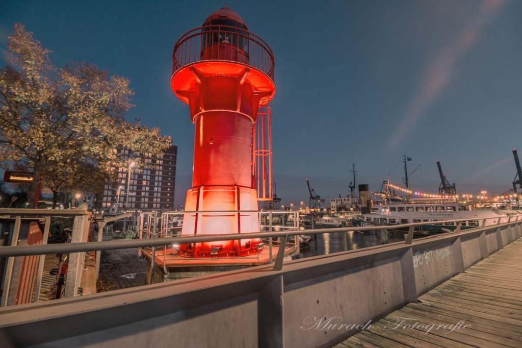 der-museumshafen-und-leuchtturm-in-oevelgoenne