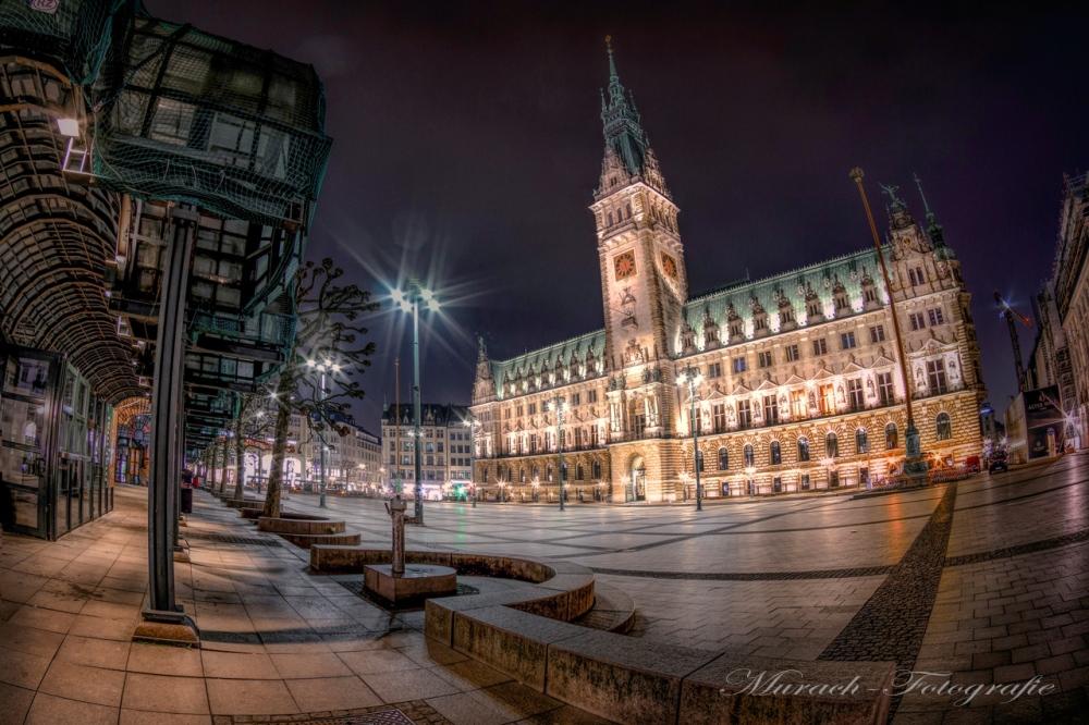 nachtaufnahme-mit-weitwinkel-vom-rathausplatz-und-das-beleuchtete-rathaus-murach-fotografie
