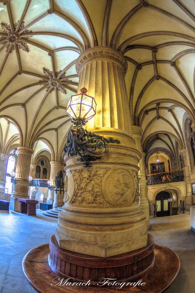 saeule-und-bank-im-rathaus-murach-fotografie