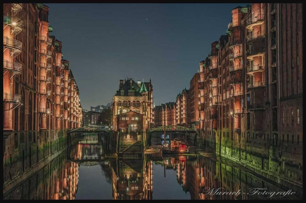 die-speicherstadt-und-fleetschloesschen-nachts-bei-ebbe-murach-fotografie