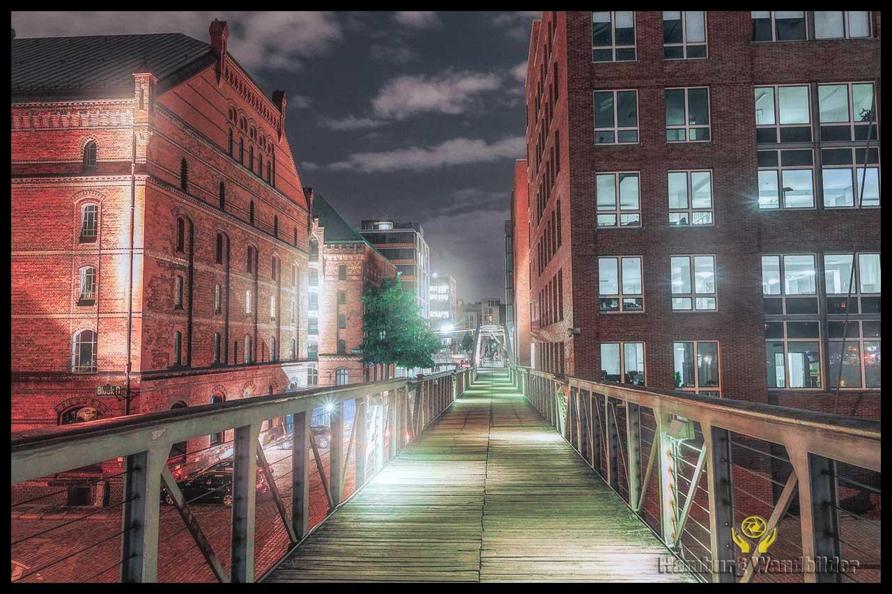 eine-lange-bruecke-durch-eine-haeuser-schlucht-nachts-in-der-speicherstadt-murach-fotografie