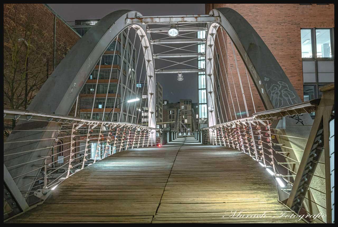 eine-lange-haengebruecke-nachts-in-der-speicherstadt-murach-fotografie