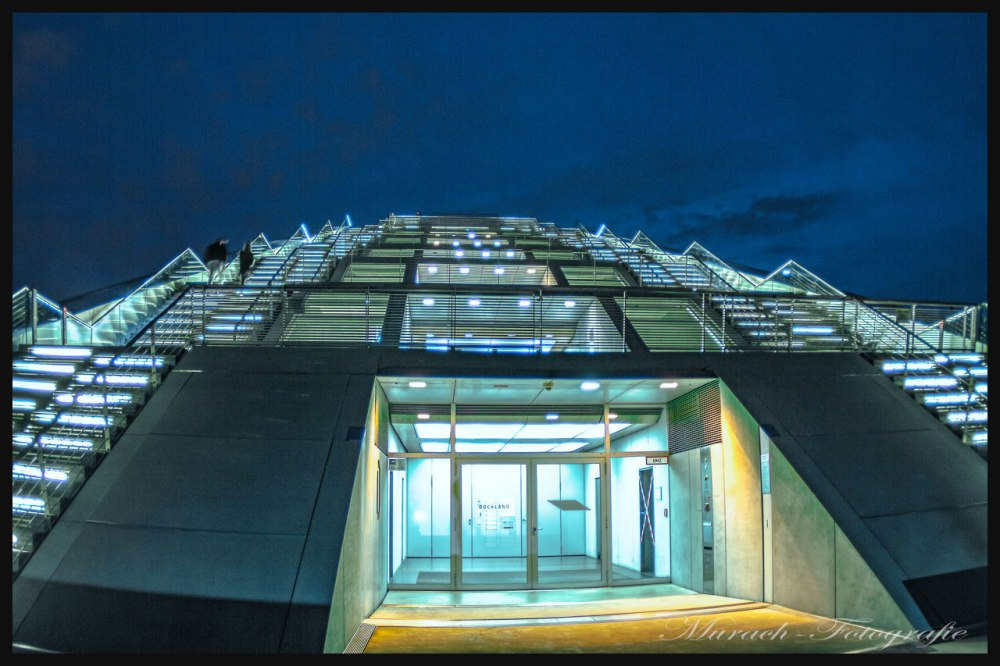 die-beleuchteten-treppen-vom-cruise-center-murach-fotografie