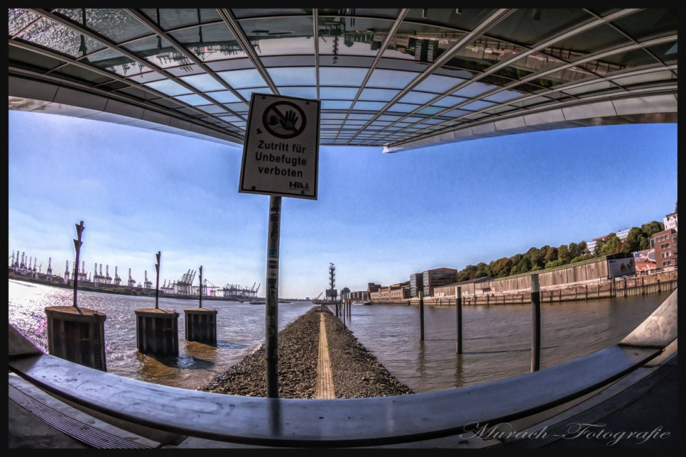 die-spiegelnde-glasfassade-vom-cruise-center-am-dockland-murach-fotografie