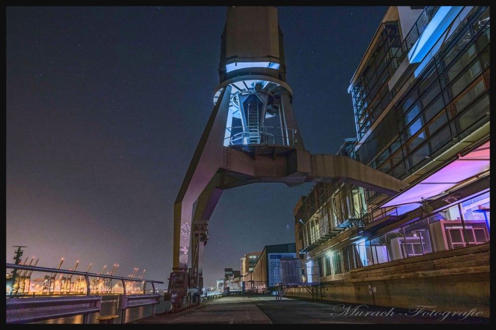 hafenkraene-an-dockland-nachts-hamburg-wandbild