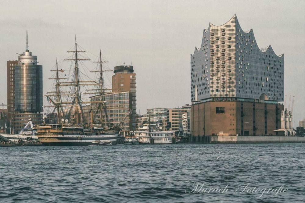 ein-altes-segelschiff-an-der-elbphilharmonie-murach-fotografie
