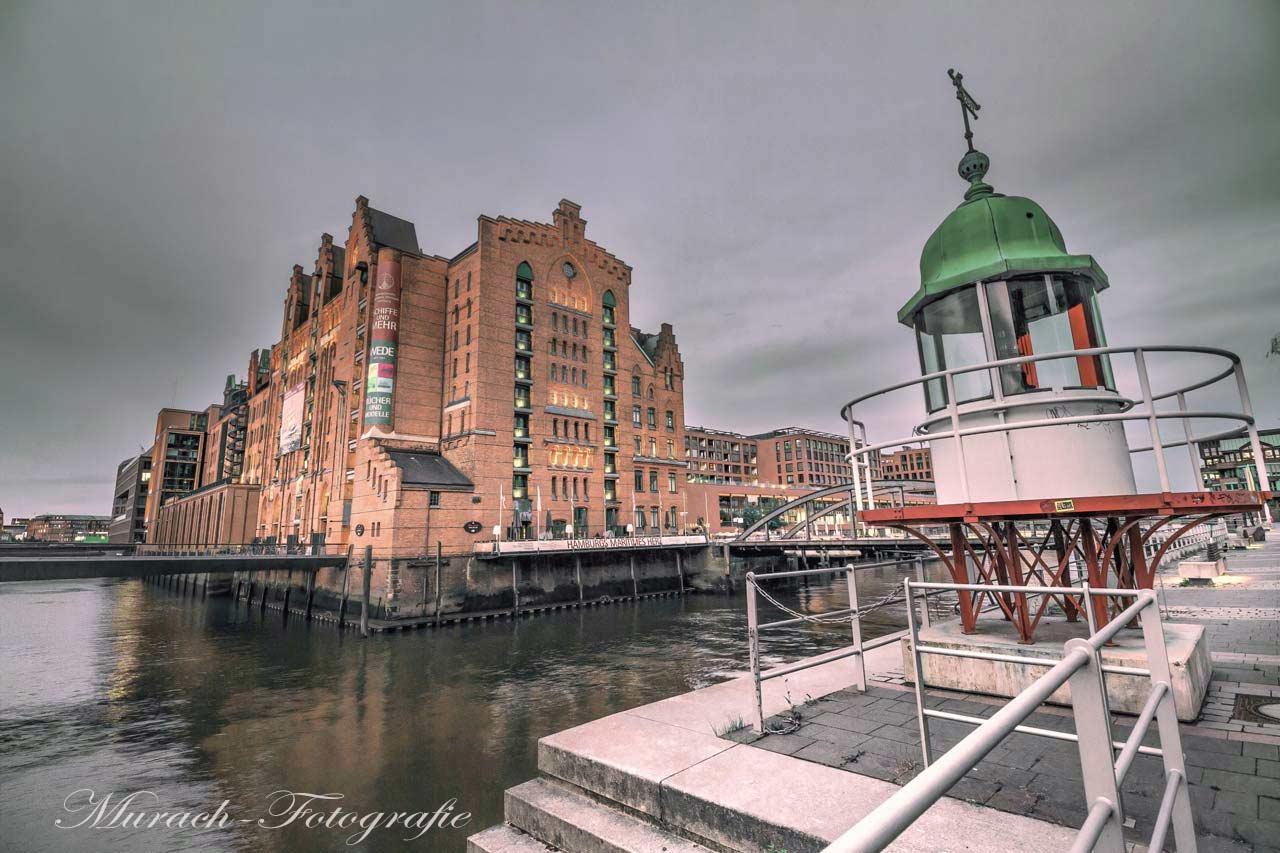 kleiner-leuchtturm-am-maritimen-museum-am-tag-speicherstadt-murach-fotografie
