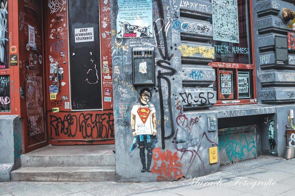 graffitis-am-kneipen-eingang-im-gaengeviertel-murach-fotografie
