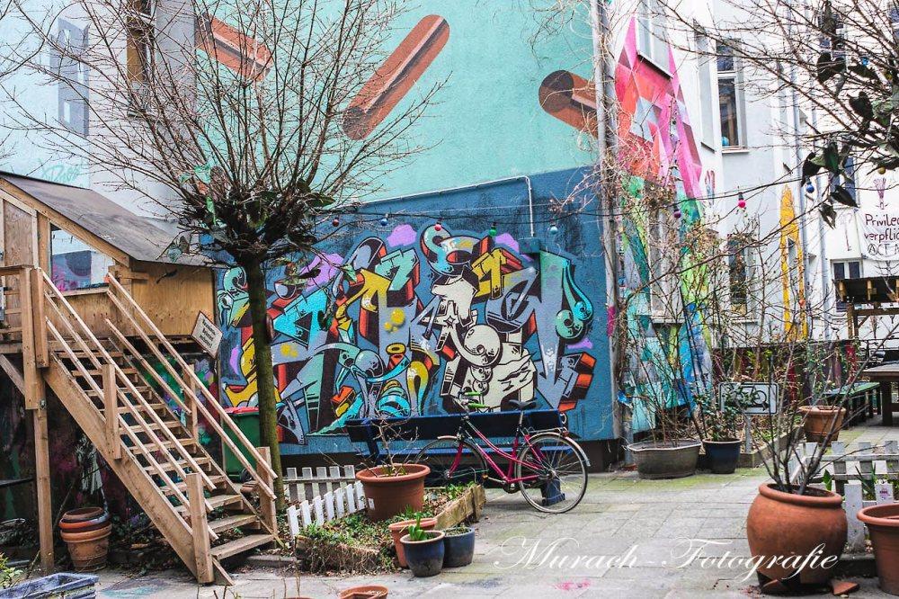innenhof-mit-graffitis-murach-fotografie